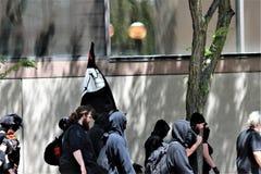 Dayton, OH/Estados Unidos - 25 de maio de 2019: 600 protestors reagrupam contra membros relatados 9 de um KKK fotografia de stock royalty free