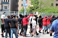 Dayton, OH/Estados Unidos - 25 de maio de 2019: 600 protestors reagrupam contra membros relatados 9 de um KKK foto de stock