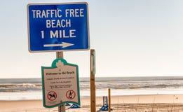 DAYTONA BEACH - 17 DE FEVEREIRO DE 2016: Sinais na estrada da praia Dayt Fotografia de Stock Royalty Free
