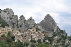 Dayview på den Castelmezzano staden i Italien arkivbilder