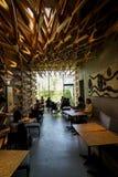 Dazaifu,日本- 2017年5月14日:偶象星巴克咖啡商店室内设计在有顾客的Dazaifu,设计由隈研吾 免版税库存照片