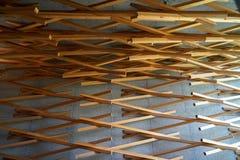 Dazaifu,日本- 2017年5月14日:室内设计通过墙壁装饰了天花板由偶象星巴克被编织的自然雪松木头  免版税库存图片