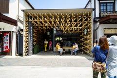 Dazaifu,日本- 2017年5月14日:拍偶象星巴克咖啡商店的照片游人 免版税库存照片