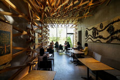 Dazaifu,日本- 2017年5月14日:由偶象星巴克咖啡商店被编织的雪松木头的室内装璜在有顾客的Dazaifu 库存图片