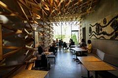 Dazaifu,日本- 2017年5月14日:由偶象星巴克咖啡商店被编织的雪松木头的室内设计装饰在Dazaifu 免版税库存图片