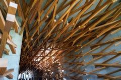 Dazaifu, Japón - 14 de mayo de 2017: Diseño interior adornado por la madera tejida del cedro de la tienda icónica del café de Sta Fotos de archivo libres de regalías