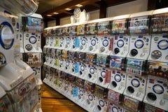 Dazaifu Japan - Maj 14, 2017: Rader av Gashapon maskiner, den populära varuautomaten fördelade kapselleksaker som visar mangateck Royaltyfri Bild