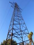 Dazwischenliegender hoher Turm gegen den Himmel stockbilder