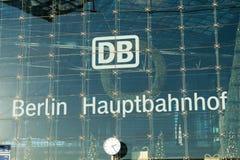 DB/德国铁路商标在柏林中央车站 免版税库存图片