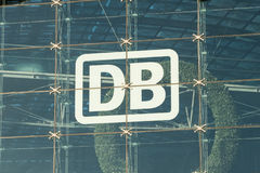 DB, Deutsche Bahn logo przy Berlińskim Hauptbahnhof/ Fotografia Stock