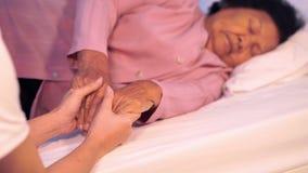 Dbać wręcza mienie starej kobiety ` s ręki w łóżku zbiory