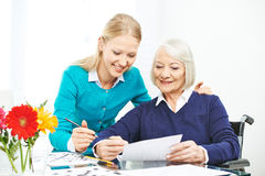 Dbać dla starszej kobiety w rodzinie Fotografia Royalty Free