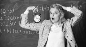 Dba o dyscyplinie Kobieta nauczyciela chwyta budzik Lekcja rozk?adu poj?cie Czas dla przerwy Czas spraw? dla zdjęcie royalty free