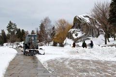 Déblaiement de neige après chutes de neige le Mamaev complexe commémoratif Kurgan Photo libre de droits