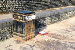 Débordement, déchets et déchets de bac à ordures se renversant  Photographie stock libre de droits