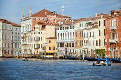 Début de la matinée sur le canal grand dans la ville de Venise, Italie Image libre de droits