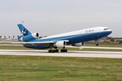 DC-10 φορτίου που ανασηκώνει το διάδρομο Στοκ φωτογραφία με δικαίωμα ελεύθερης χρήσης