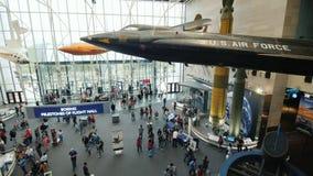 DC Вашингтона, США, октябрь 2017: Воздушные судн и другие широкомасштабные экспонаты в национальном воздухе и музее космоса экспо видеоматериал