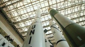 DC Вашингтона, США, октябрь 2017: Огромные экспонаты в национальном воздухе и музее космоса Съемка объектива низкого угла широкая сток-видео