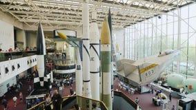 DC Вашингтона, США, октябрь 2017: Ракеты космоса с самолетами в большой зале музея Национальные воздух и космос сток-видео