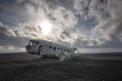 DC-3在一个黑沙子海滩的飞机残骸在冰岛 库存图片