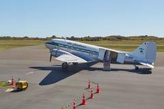 DC-3 på flygplatsen Arkivbilder