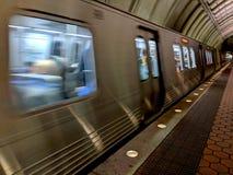 Dc-tunnelbanadrev som drar in i station fotografering för bildbyråer