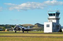DC3 i wieża kontrolna Obrazy Royalty Free