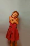 Década europea del aspecto de la muchacha que se abraza encendido Foto de archivo