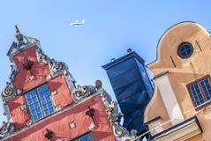 Dächer (Oberteile) von berühmten Häusern und Flugzeug Stockholms Stockbild