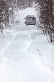 Déclenchez-vous à la forêt à feuilles persistantes dans la neige profonde à l'hiver Photos stock