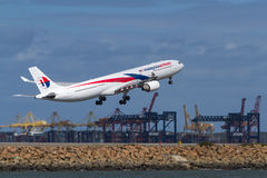 Décollage de Malaysia Airlines Airbus A330 Photographie stock libre de droits