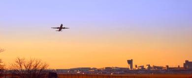 Décollage plat au coucher du soleil à l'aéroport de Philadelphie Photo stock