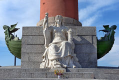 Décoration d'une colonne Rostral dans le St Petersbourg, Russie Image stock