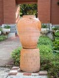 Décoration de jardin par le pot de poterie, broc de poterie Images libres de droits