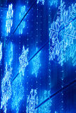 Décoration de lumières de Noël sur une façade de bâtiment dans le ton bleu Image libre de droits