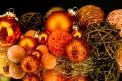 Décoration de Noël dans lorange sur le noir Image stock