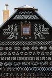 Décorations peintes sur le mur de la cabane en rondins dans Cicmany, Slovaquie Image libre de droits