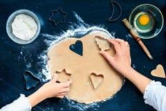 Découpage des symboles de Noël dans la pâte Image stock