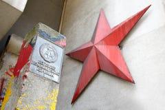 Ddr-tecken och röd stjärna i Berlin Arkivbilder
