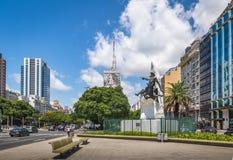 9 de朱利奥Avenue和唐吉诃德de拉曼查纪念碑-布宜诺斯艾利斯,阿根廷 图库摄影