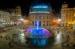 De法拉利广场五颜六色的喷泉的全景在夜之前在热那亚,意大利 免版税库存照片