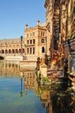 de西班牙广场反映塞维利亚 库存图片