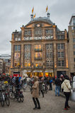 De äldst shoppar högvärdiga DE BIJENKORF AMSTERDAM Arkivfoto