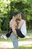De är kyssande i parkera Royaltyfria Bilder
