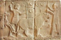 De 8ème siècle bas-relief AVANT JÉSUS CHRIST avec la grande scène avec des chasseurs de tigre images libres de droits
