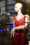 De één ledenpoppoppen in summerruitrusting toonden n het winkelvenster van Max Mara die duur en elegant merk met stad kleden stock afbeelding