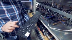 De één programmeurskranen bij een toetsenbord, sluiten omhoog stock video