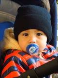 De éénjarige babyjongen zit met dekbed Royalty-vrije Stock Fotografie