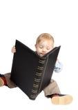 De éénjarige jongen kijkt een album Royalty-vrije Stock Foto